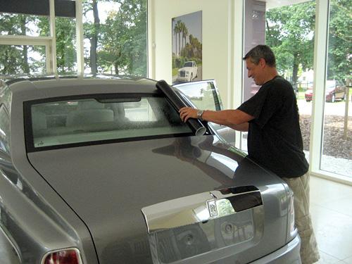 Folierer bei der Arbeit mit Tönungsfolie an einem Rolls Royce