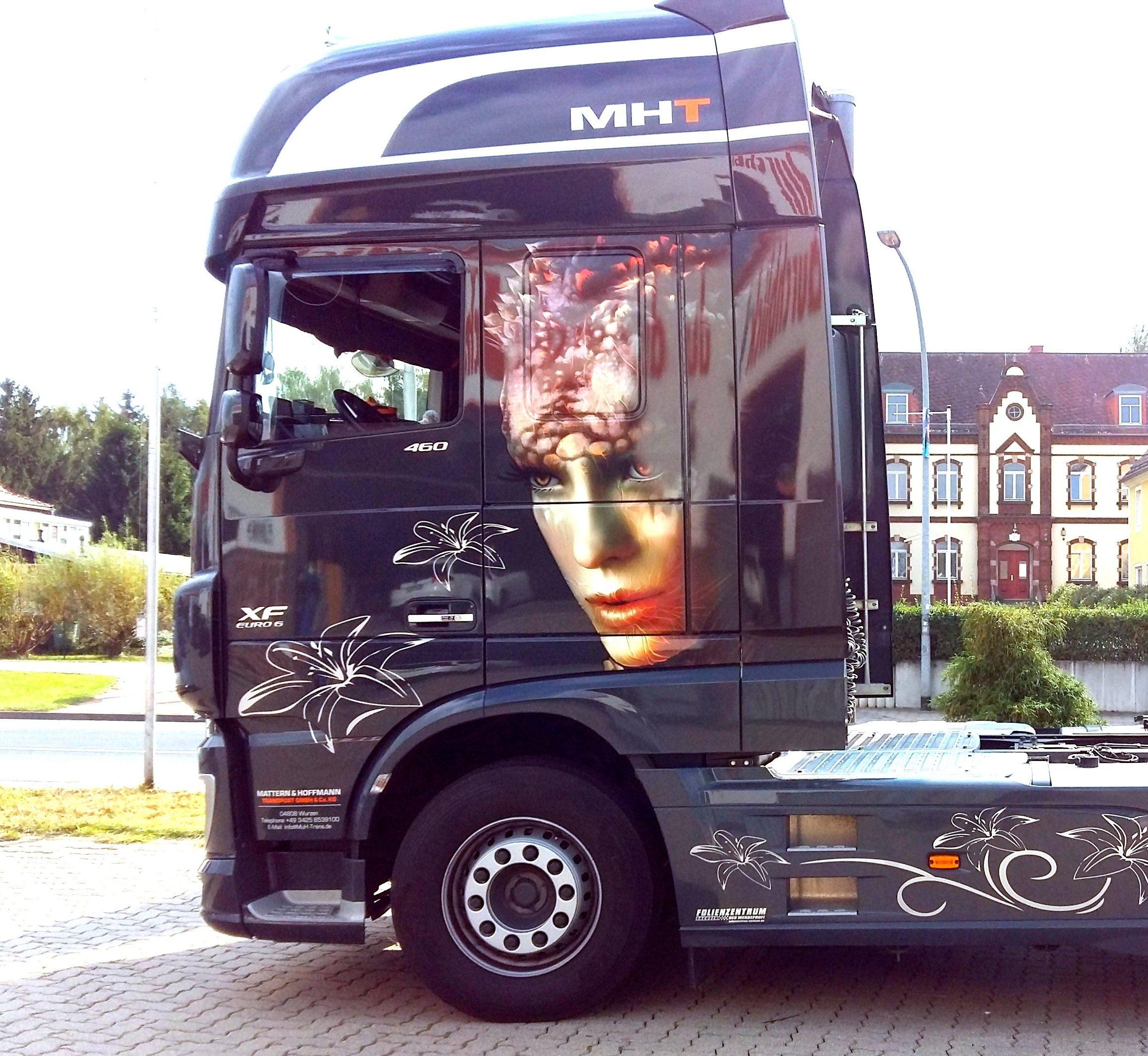 Truck mit fotorealistischer Teilfolierung